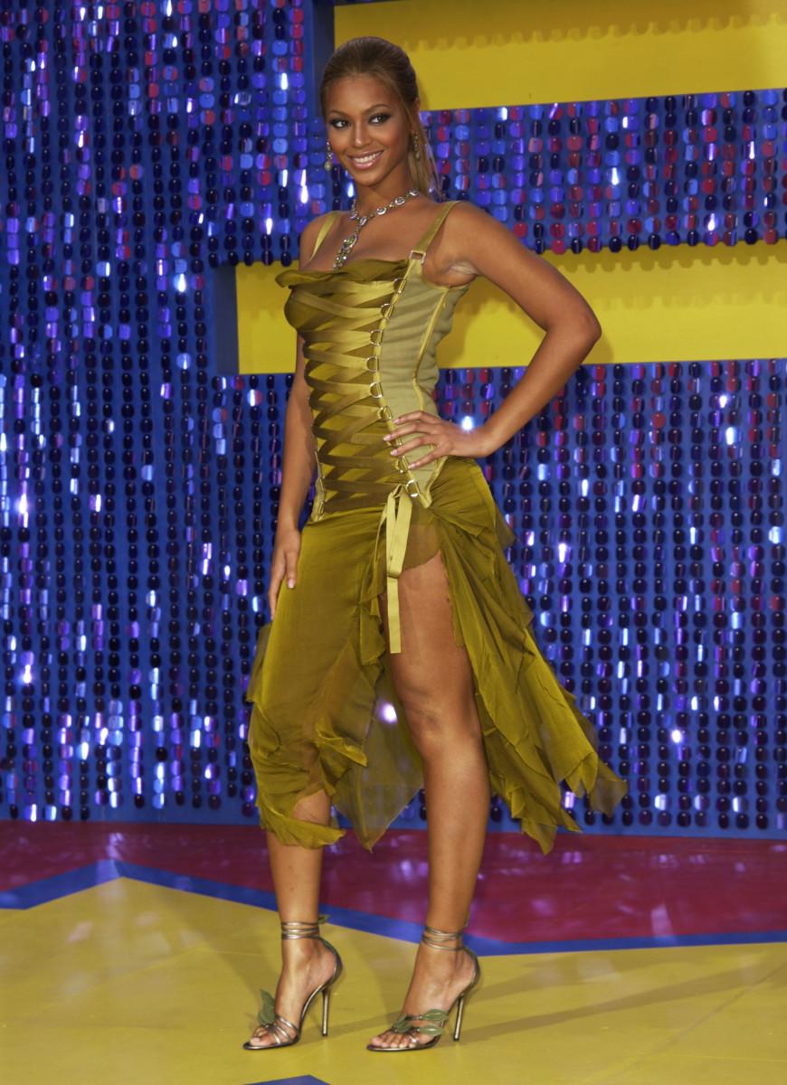beyonce-versace-dress-mtv-movie-awards-2003