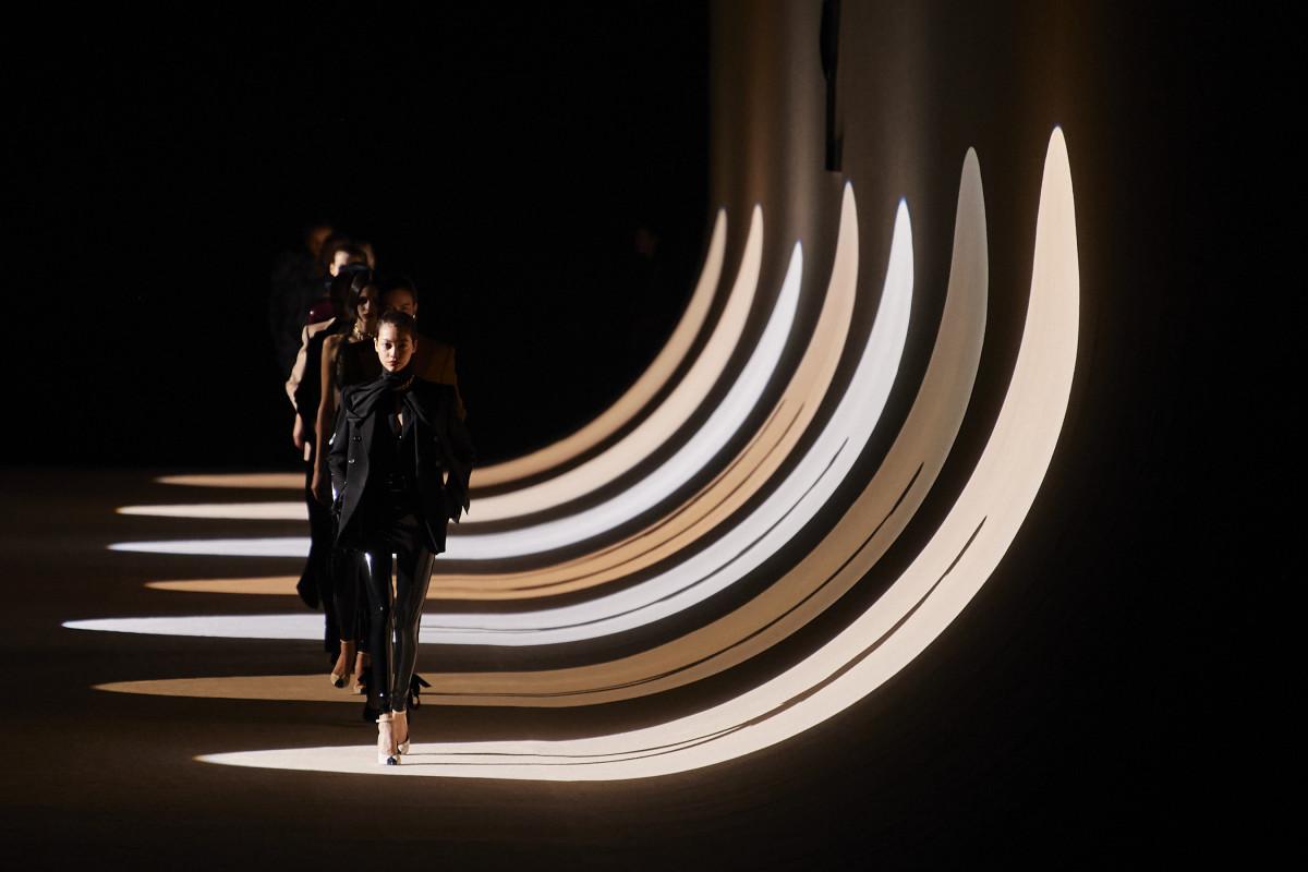 Looks da coleção Saint Laurent Fall 2020.