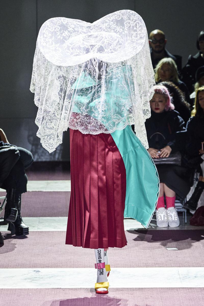 Ein Blick von der Comme des Garçons Herbst 2020 Show.