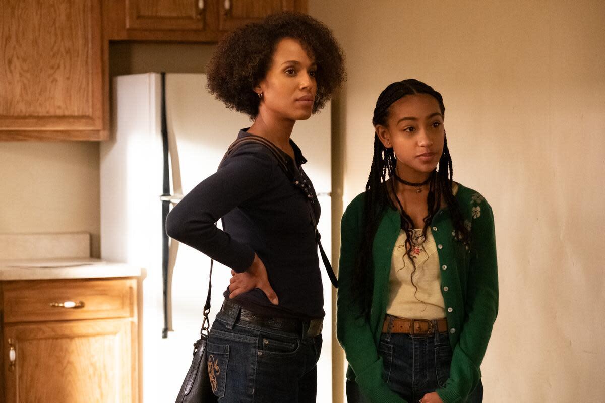 Mia in Vintage Ann Taylor Jeans (die Stickerei auf der Gesäßtasche!) Und Tochter Pearl (Lexi Underwood).