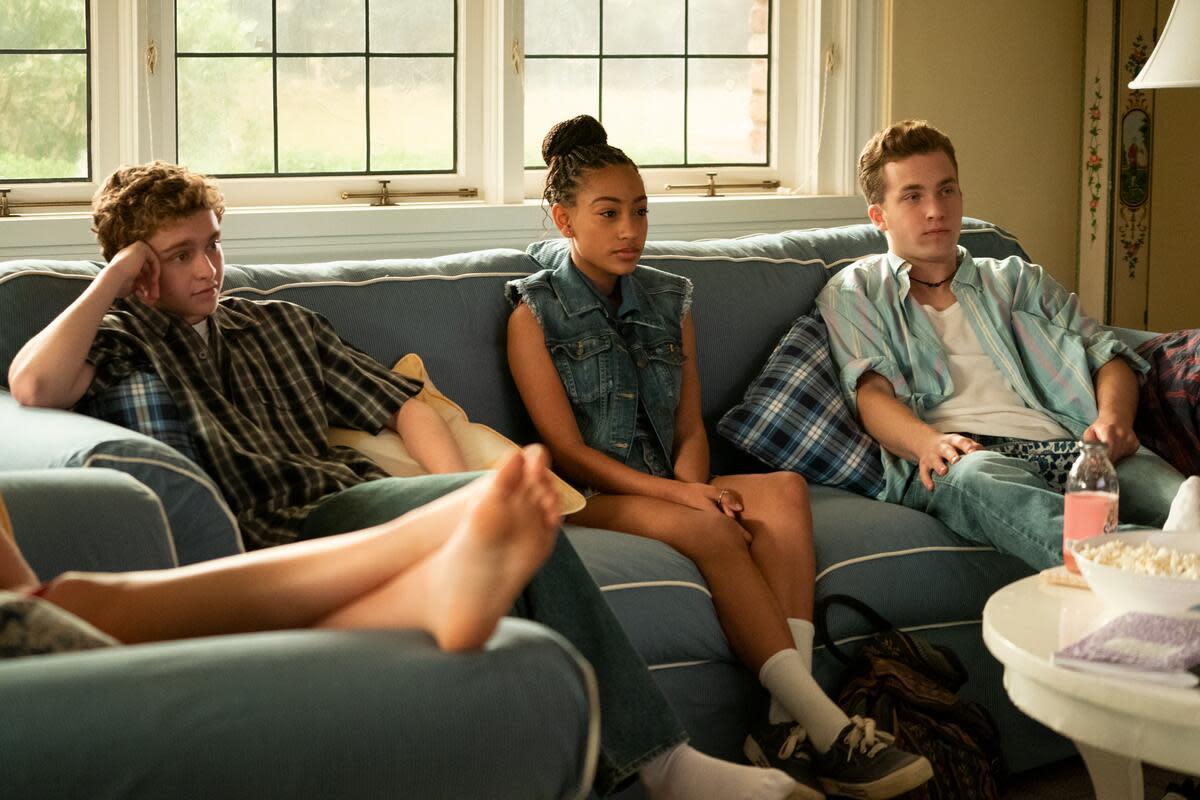 Pearl sitzt zwischen den Richardson-Kindern Moody (Gavin Lewis) und einem Trip mit Halsreif (Jordan Elsass).