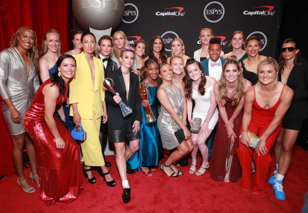 Krieger (bottom left in red) and her USWNST fam at the 2019 ESPY Awards.