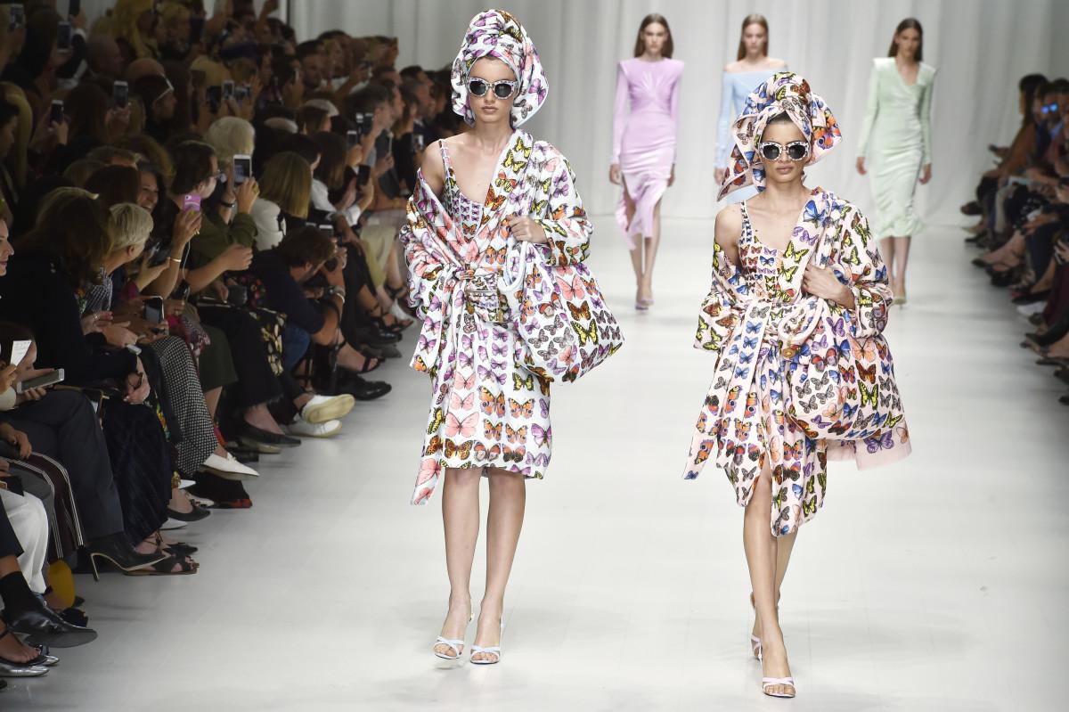 Looks do desfile da Versace na primavera de 2018.