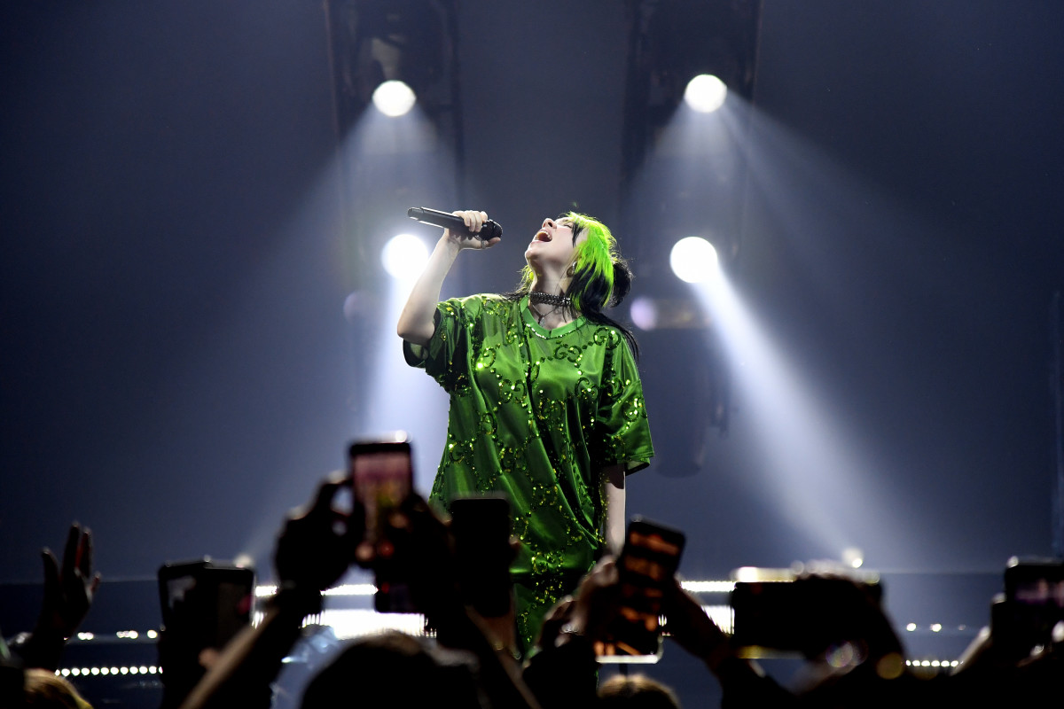 Billie Eilish auf der Bühne in Gucci im Billie Eilish