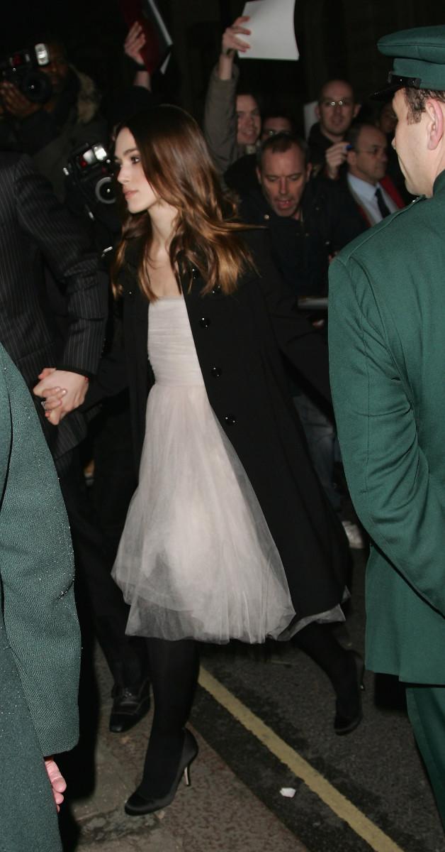 A primeira aparição do vestido de noiva de Keira Knightley na Chanel na festa pré-BAFTA da Finch & Partners em fevereiro de 2008.
