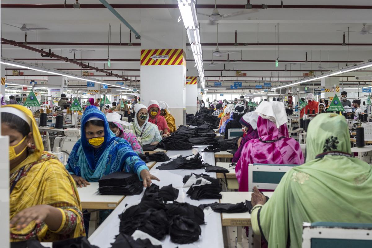 Um grupo de mulheres que trabalha em um curtume de couro no Bangladesh.