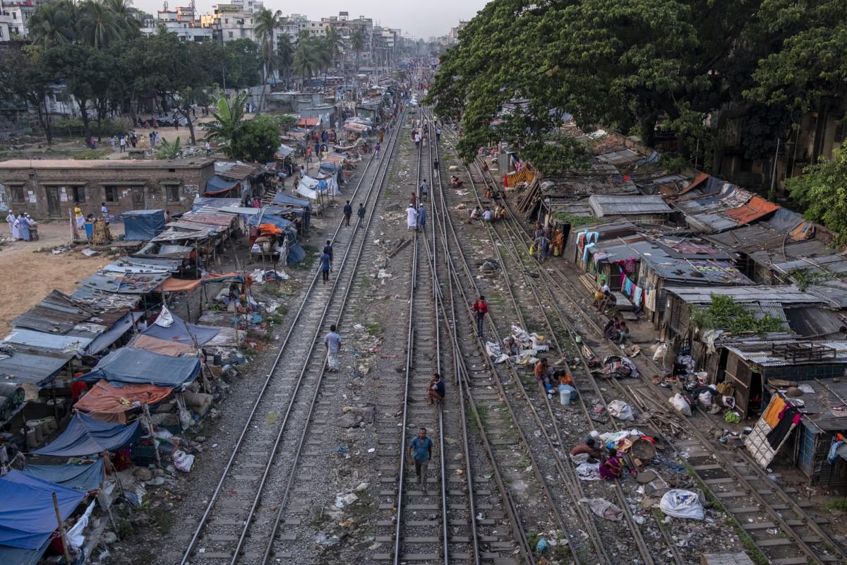 Trilhos de trem em Bangladesh.