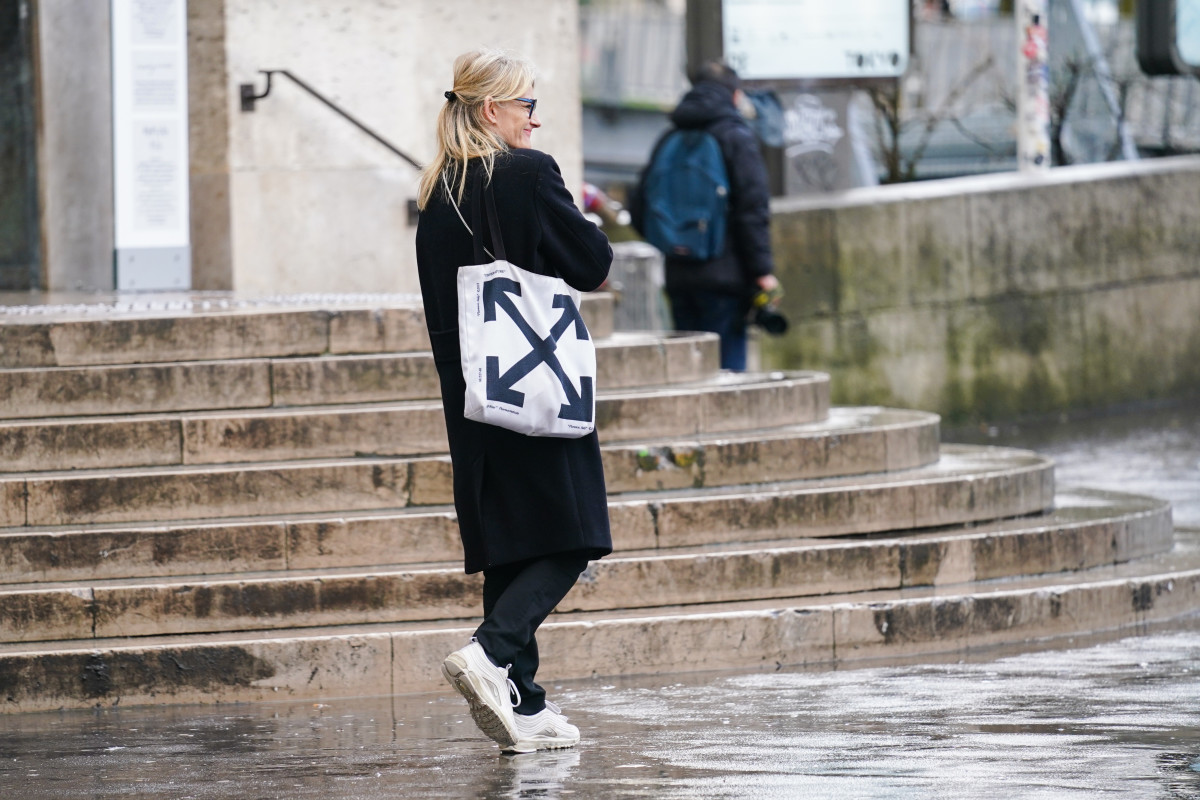 paris-fashion-week-march-2020-off-white-tote-bag