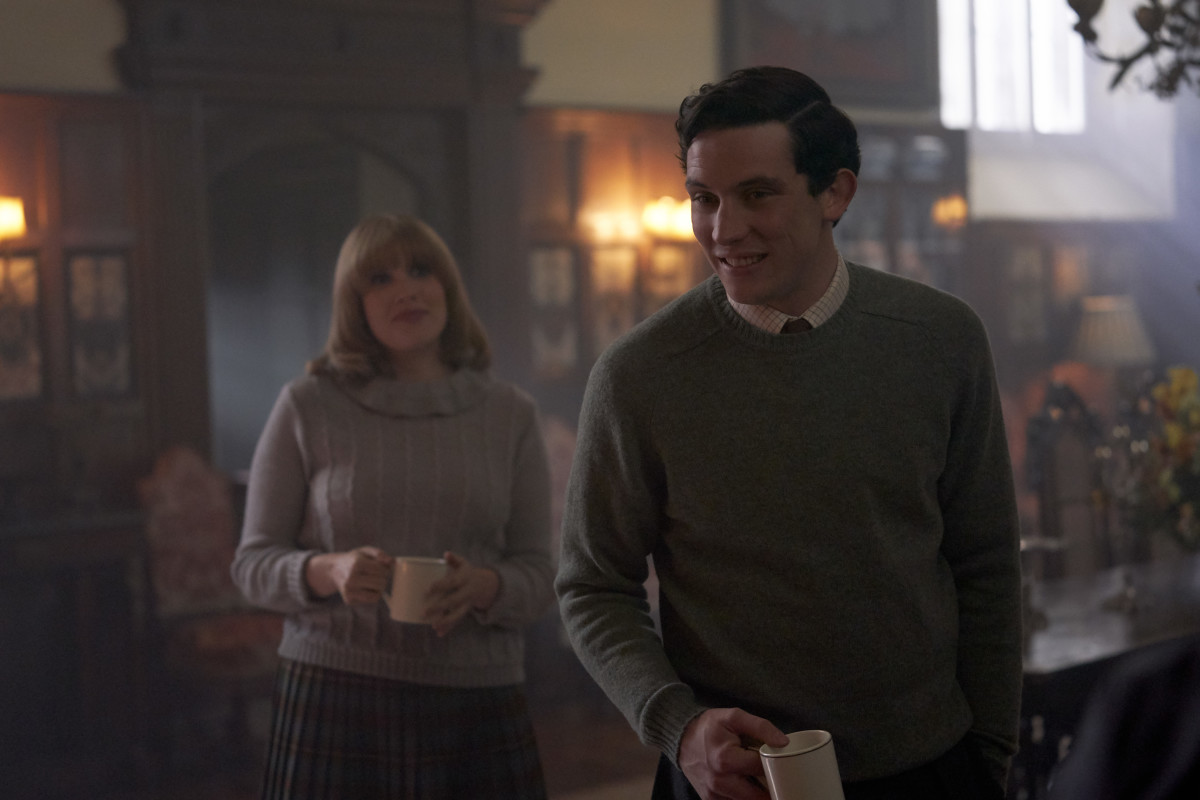 Camilla Shand (Emerald Fennell) and Charles have a coffee.