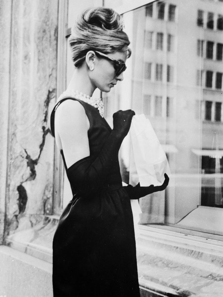 audrey-hepburn-givenchy-black-dress-breakfast-at-tiffanys
