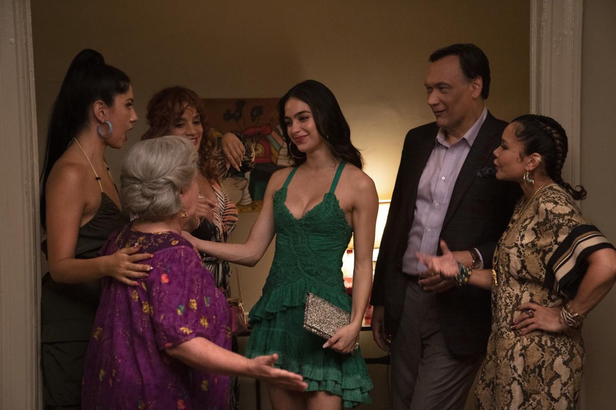 Carla, Abuela (Olga Merediz), Cuca, Vanessa, Kevin (Jimmy Smits) and Daniela.