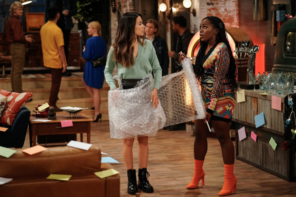Miranda Cosgrove as Carly and Mosley as Harper in Balmain on 'iCarly.'